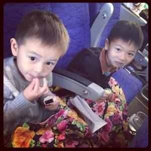 在飞机上的俩小瓜