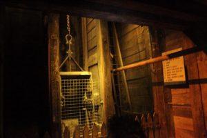 矿井中的景象,古时淘金者坐的就是这样的升降机
