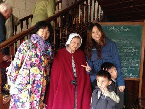 淘金镇中穿着古式衣服的老奶奶