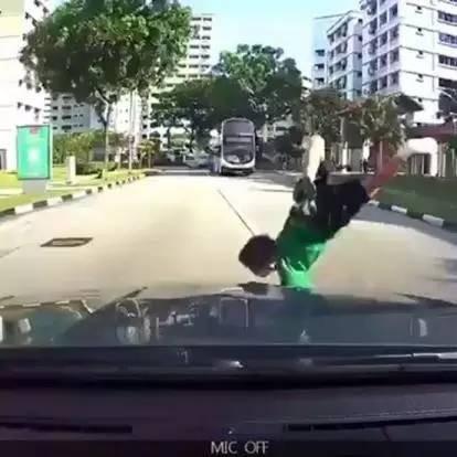 小孩过马路被车撞飞