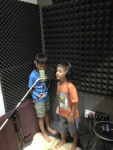 2015年带俩娃进录音棚录了第一首歌