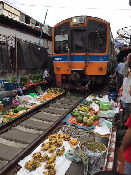 铁道市场的火车经过