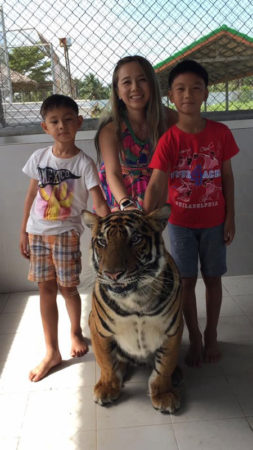 和娃们和老虎的合照