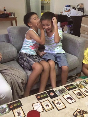 俩娃玩三国杀时的兴高采烈